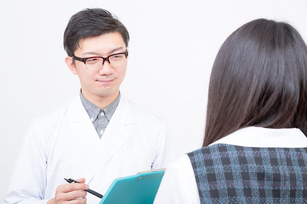 医師の診察を受ける女性