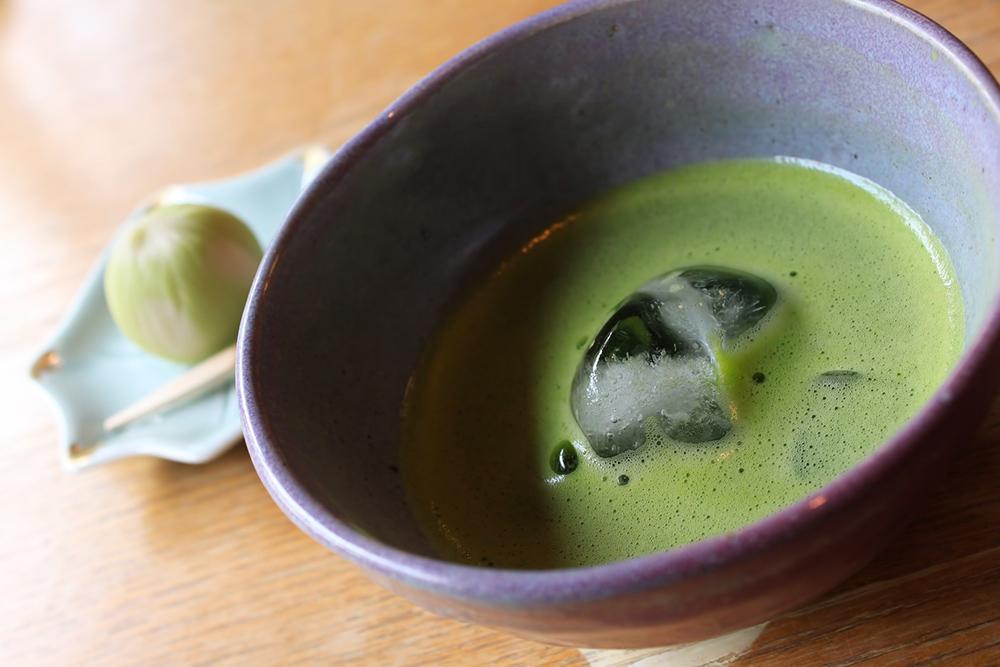 冷たい抹茶と和菓子