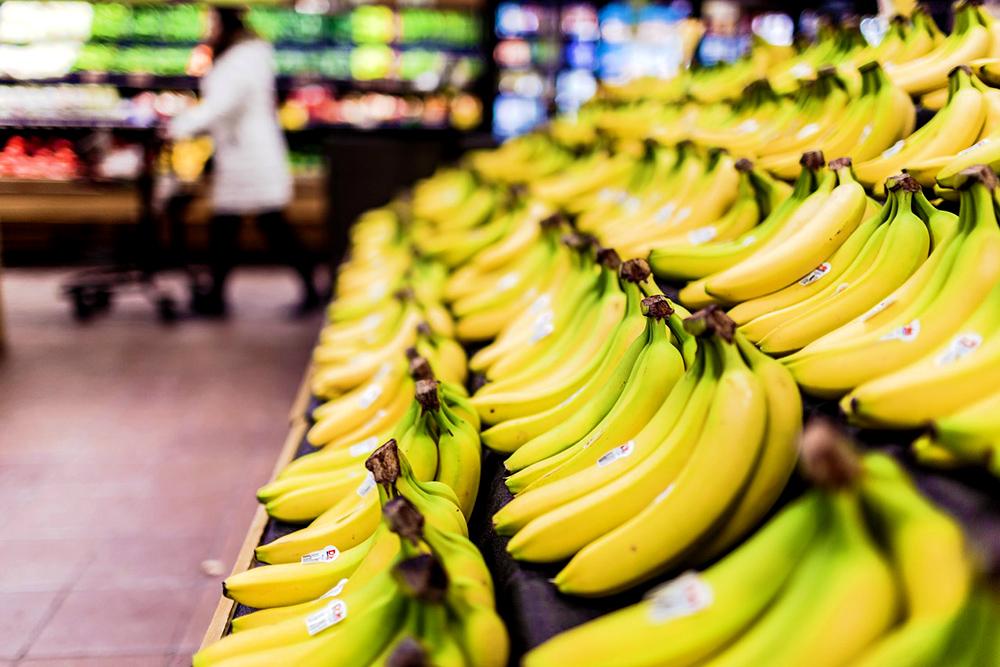 スーパーに並んだバナナ