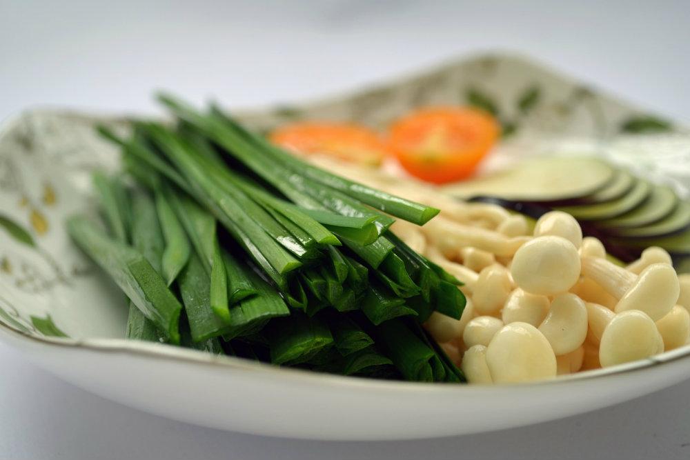 お皿にのった野菜の画像