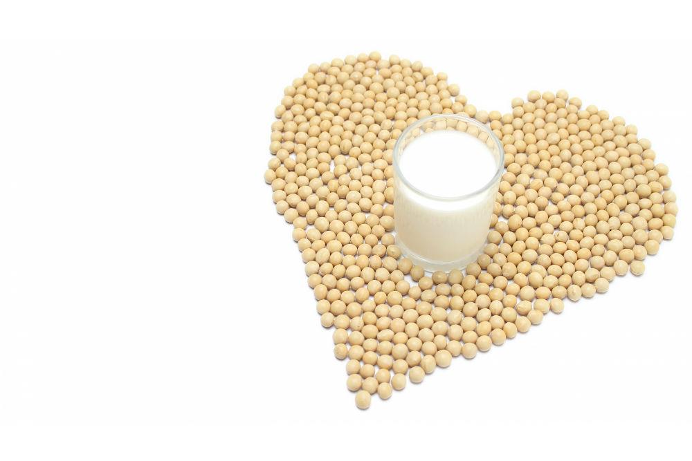 豆乳とハート型に集まった大豆