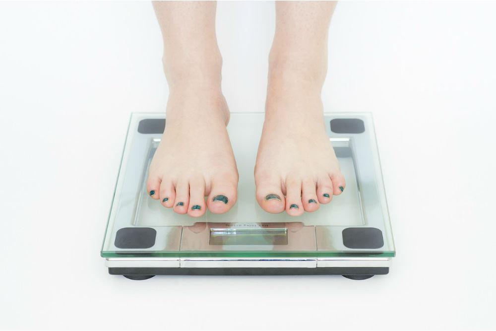体重を測る女性