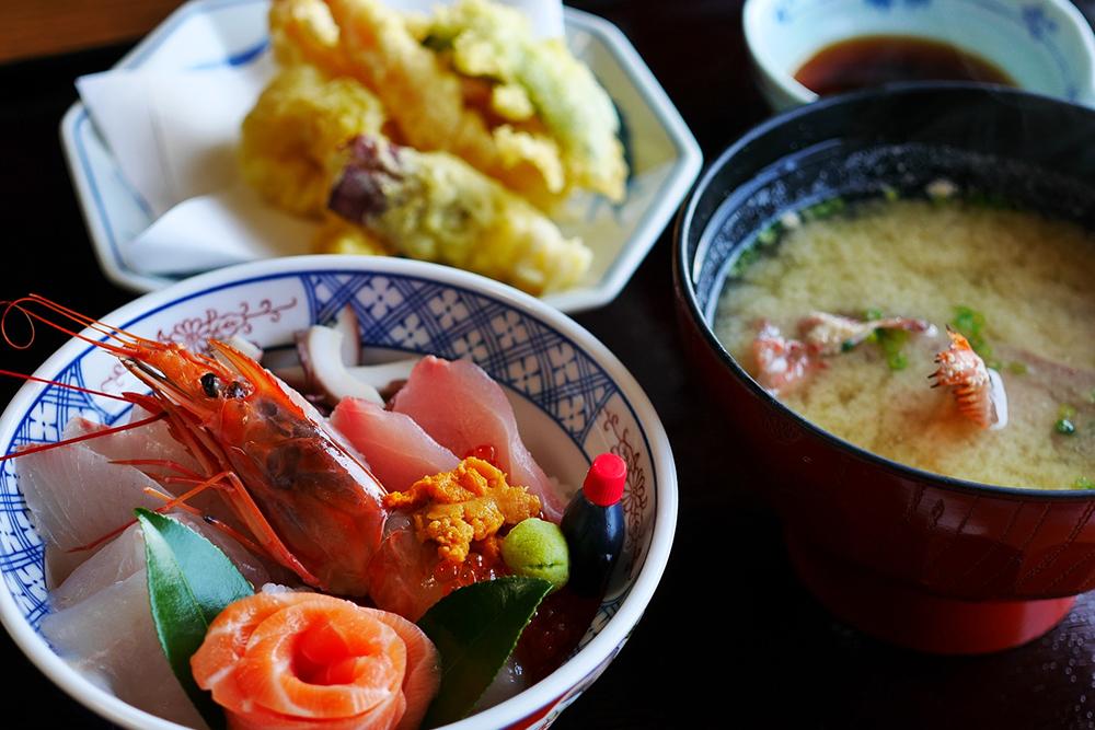 お刺身と天ぷらとお味噌汁