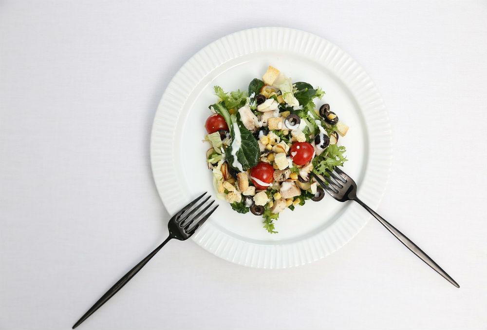 お皿に盛られた野菜の画像