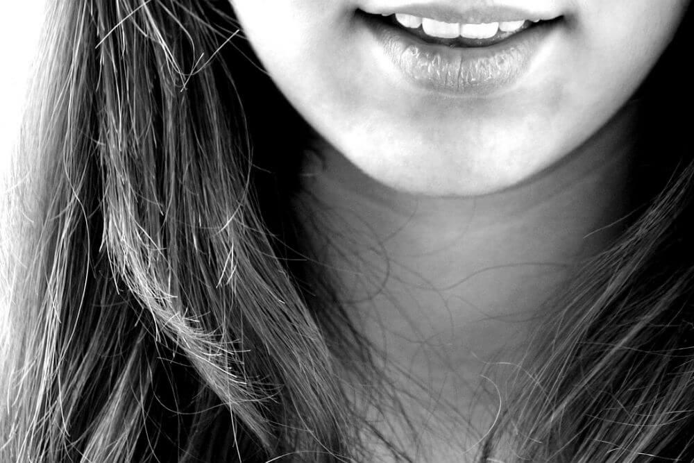 白い歯を見せて微笑む女性