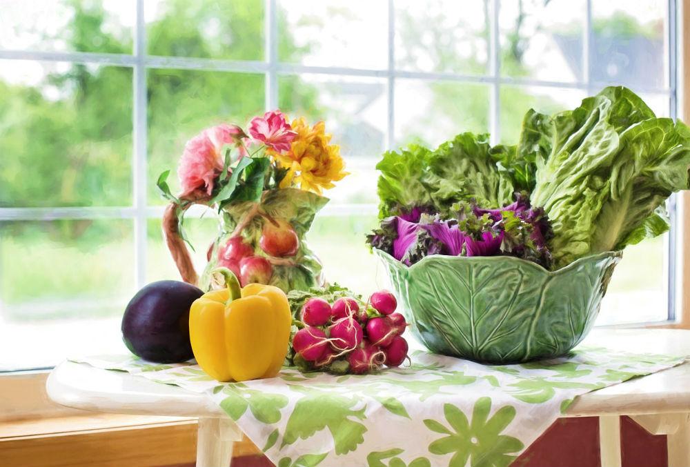 机に置かれた様々な野菜