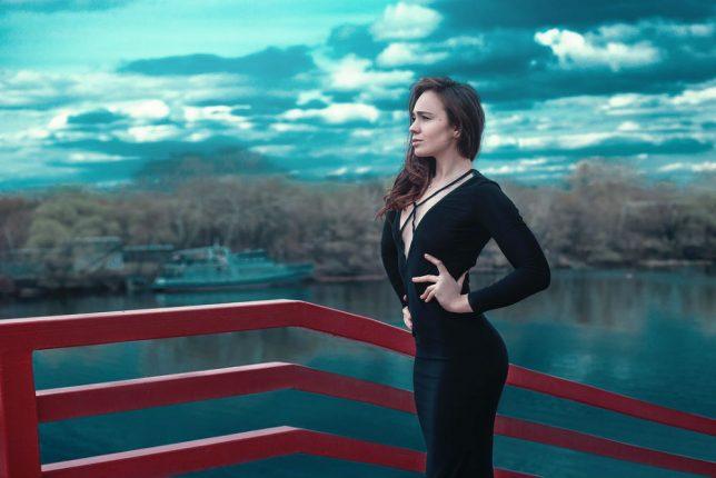美しい姿勢の女性