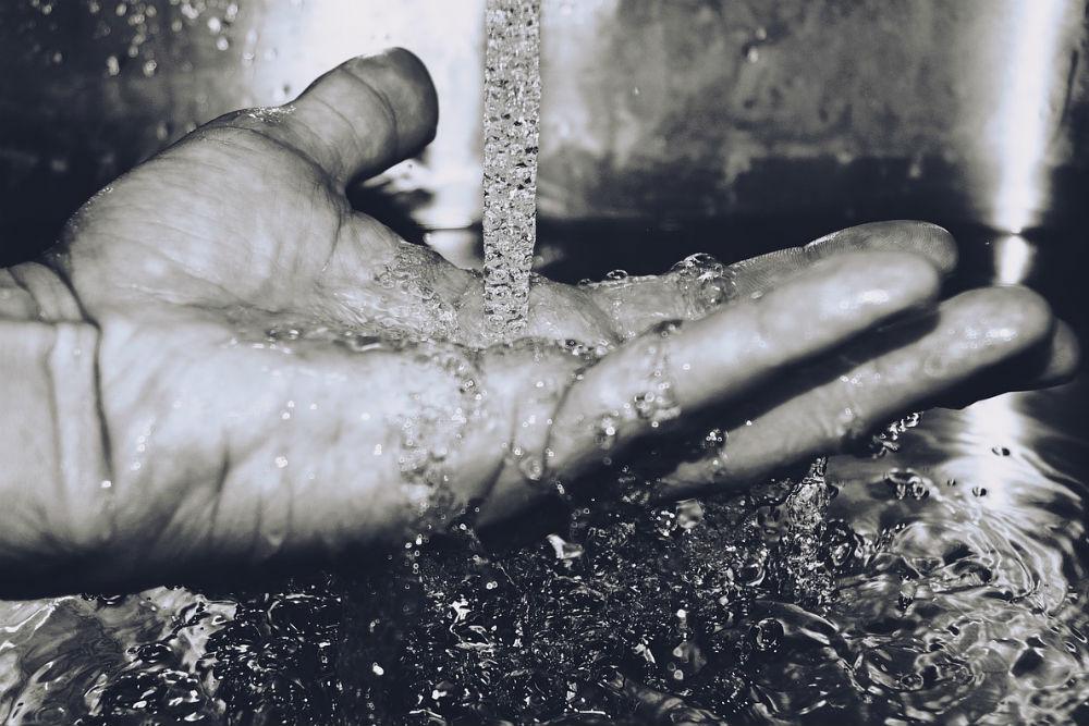手のひらに落ちる流れる水