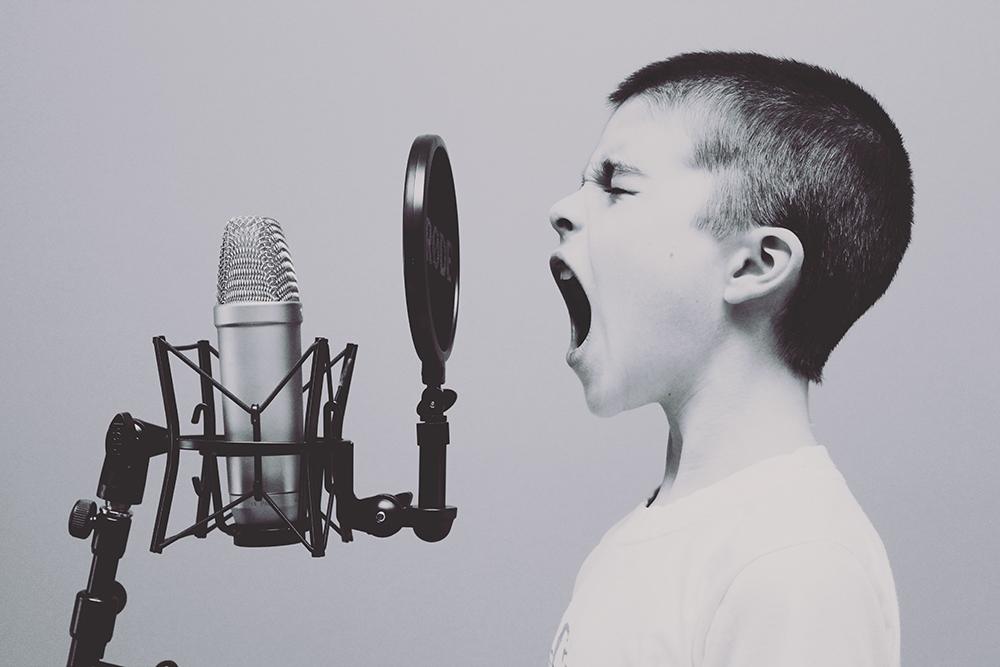 思い切り歌う男の子