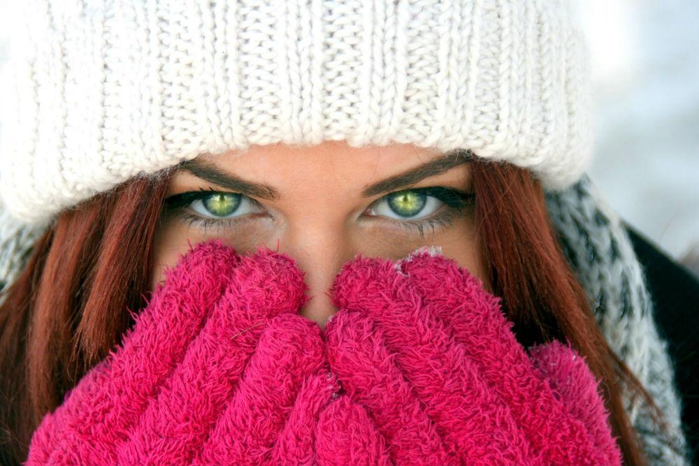 手で顔を隠す女性