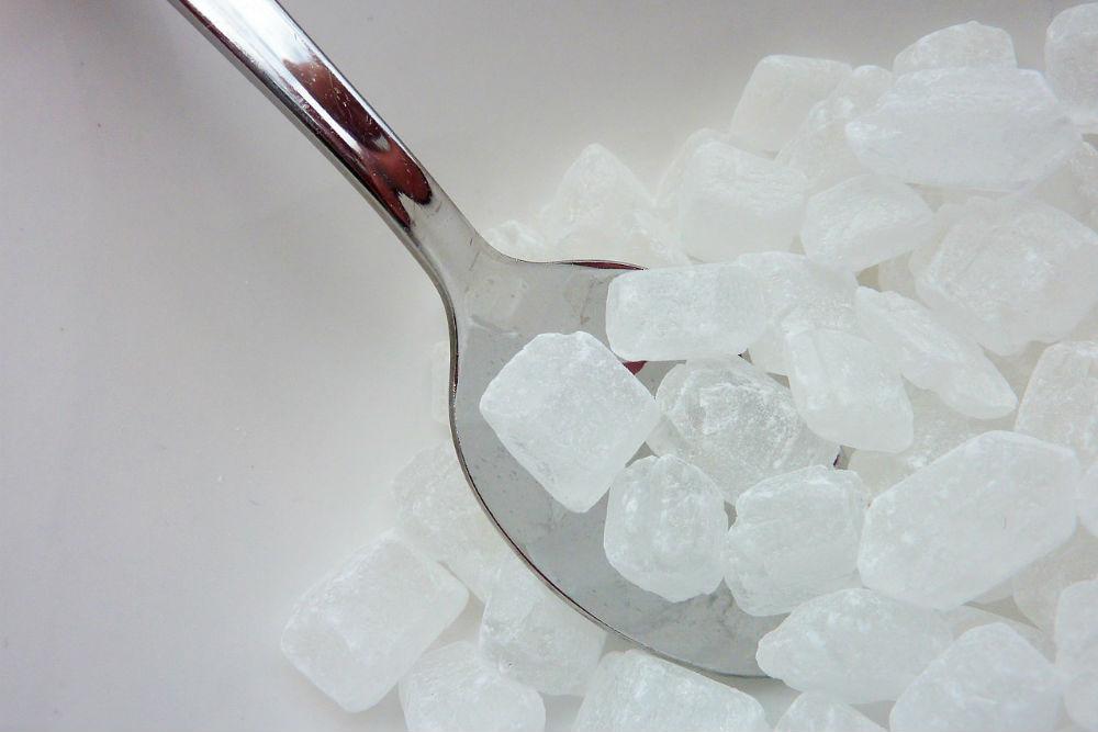 スプーンで砂糖を掬い上げる画像