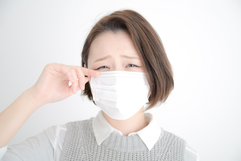 マスクをつけても花粉症がつらい女性