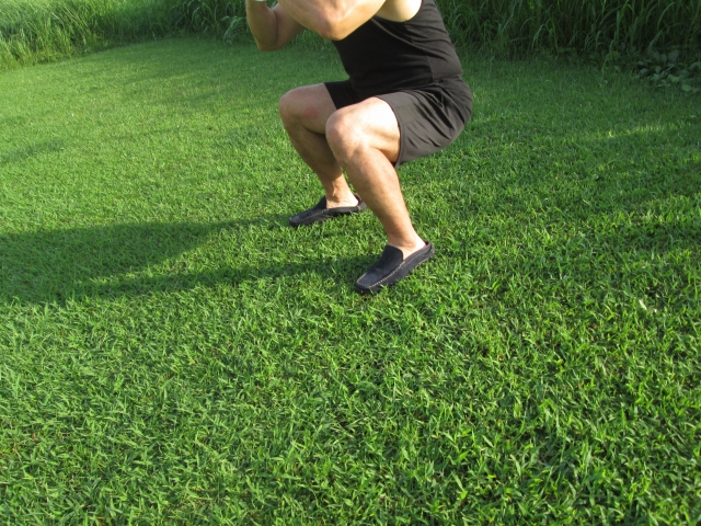 芝生でスクワット