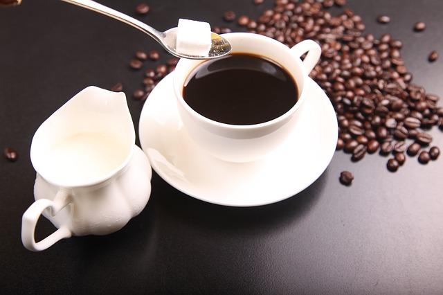 コーヒーに砂糖とミルク
