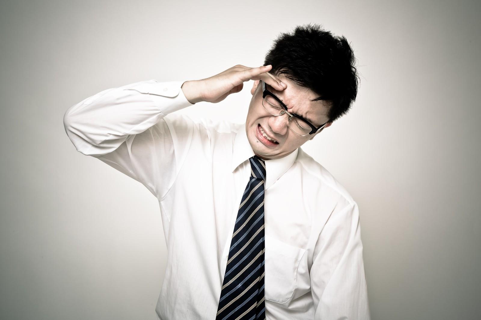 頭痛に悩まされる男性