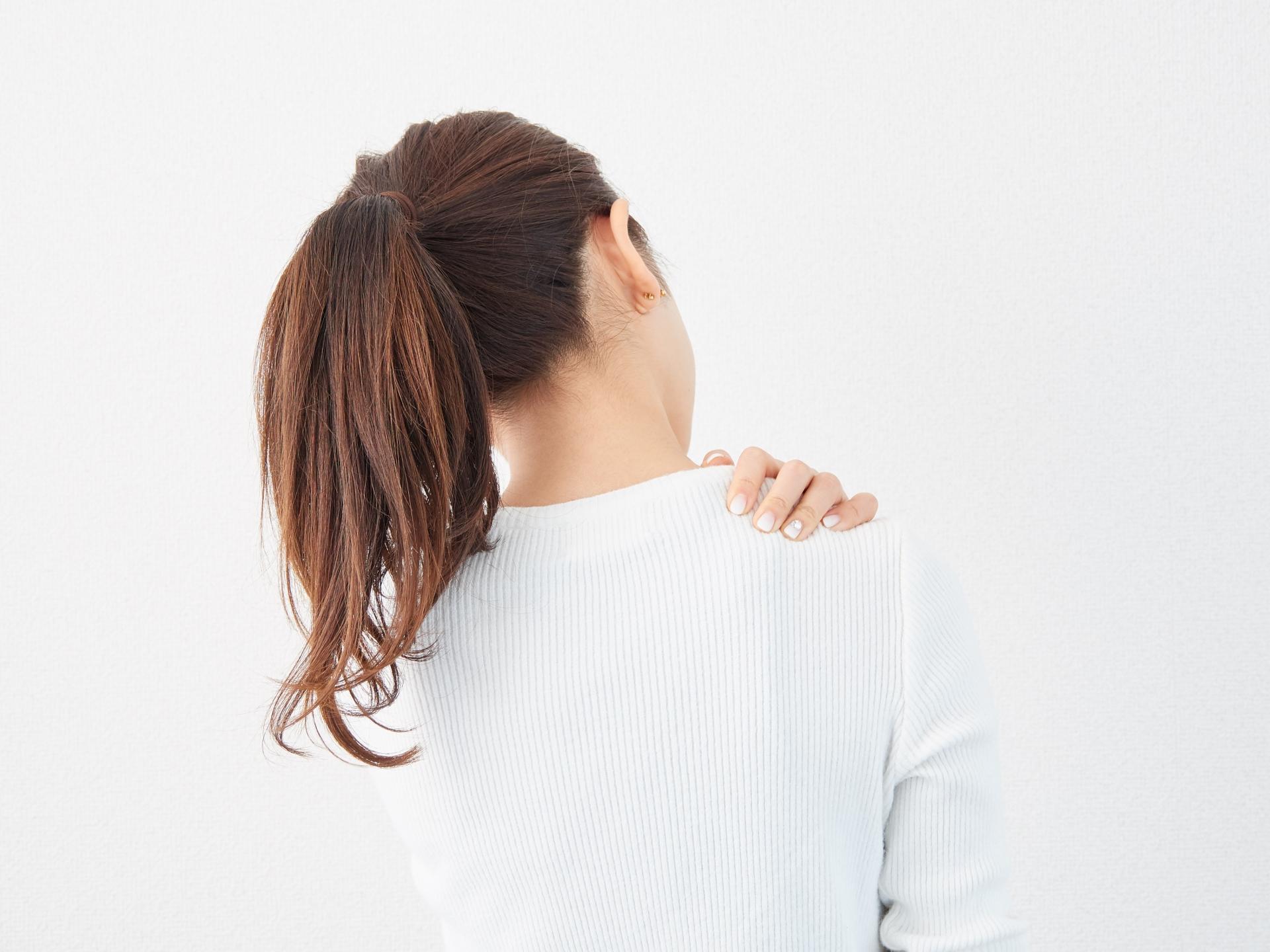 肩こりに悩まされている女性
