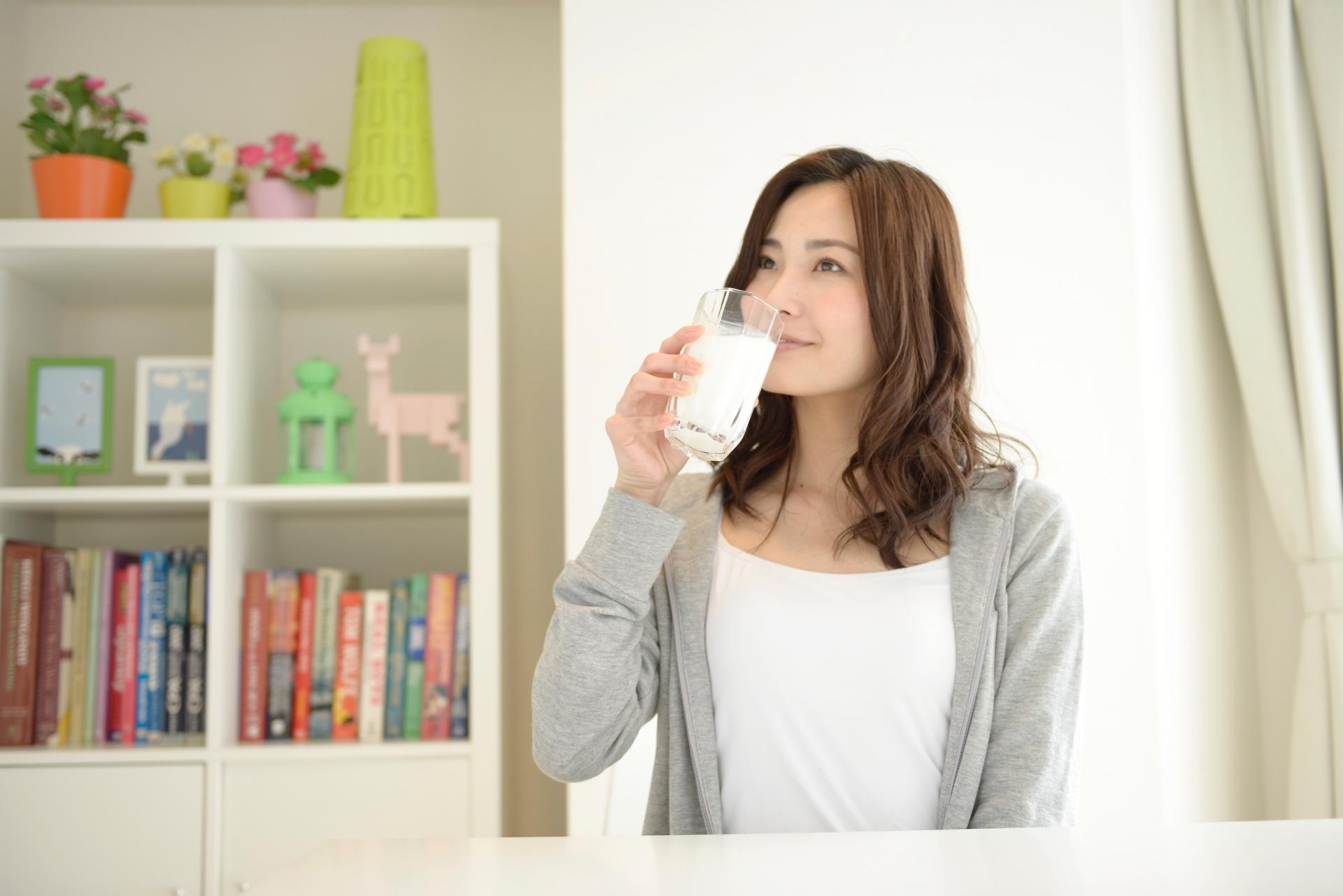 牛乳を飲んでいる女性