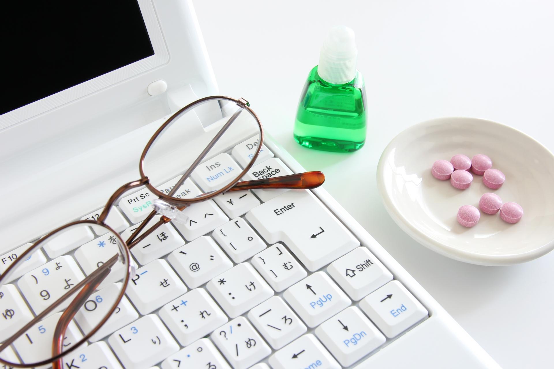 パソコンと眼鏡と目薬