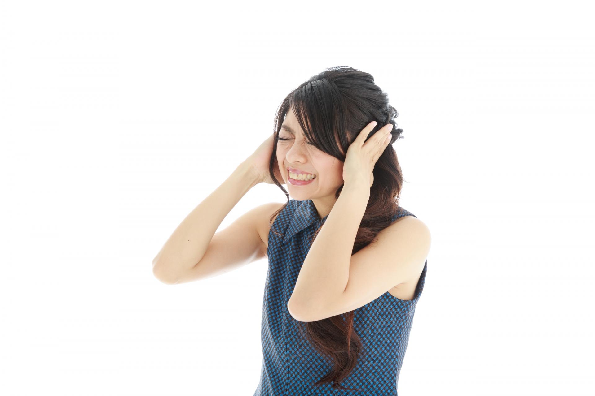 耳鳴りに悩んでいる女性