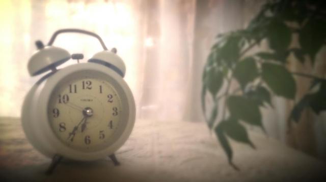 朝日と目覚まし時計