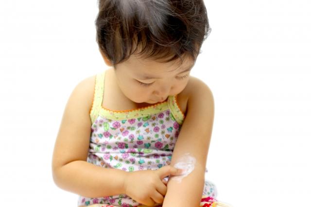 かゆみ止めを塗る少女